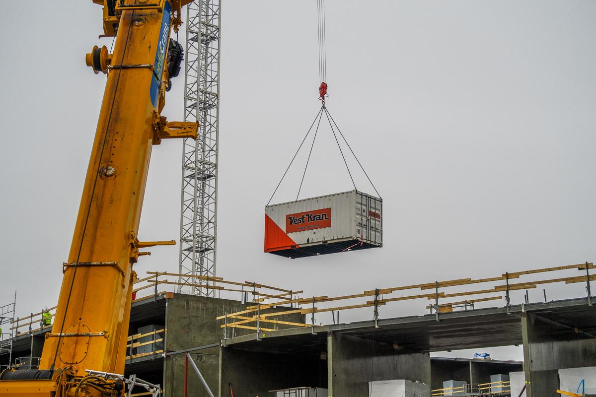 Mange løfteoperasjoner og arbeid på høye bygg er to av risikofaktorene i prosjektet.